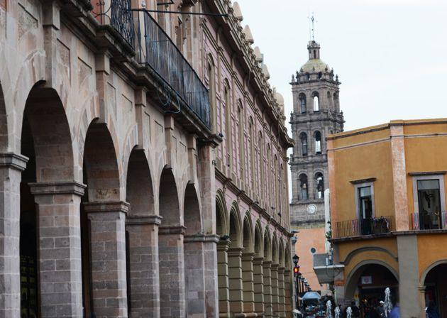 Edificios con portales alrededor de Plaza de Armas de Celaya