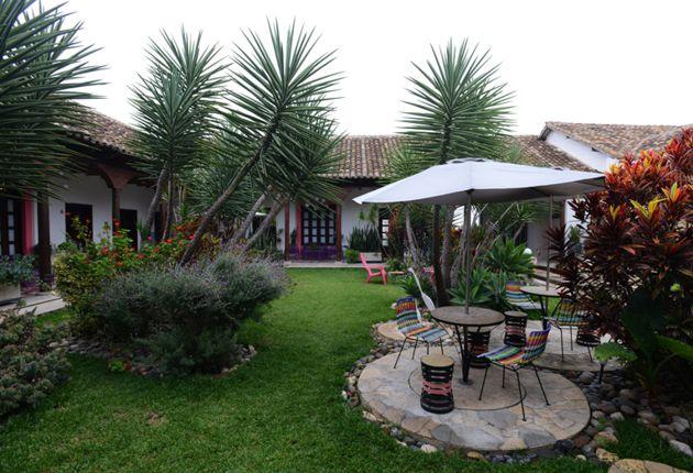 Casa antigua con patio interior jardinado, hoy es un hotel