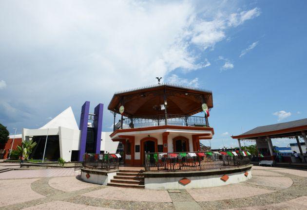 Parque Bicentenario con kiosco y Catedral de San José