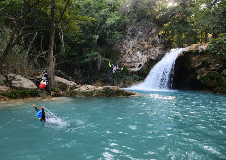 Saltos y nado en la 1ª cascada de las 3 Tzimoleras.