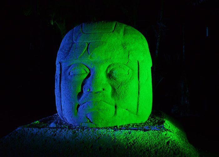 Cabeza Olmeca. Iluminación.