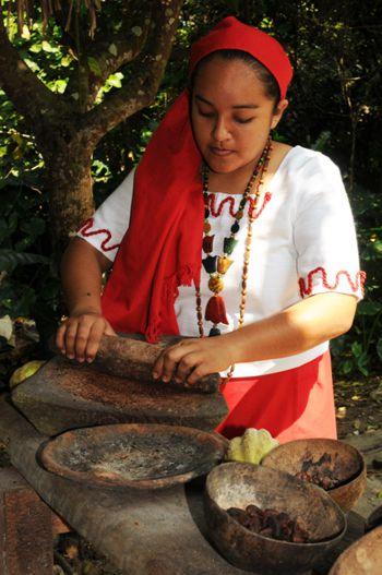 Moliendo cacao en hacienda.
