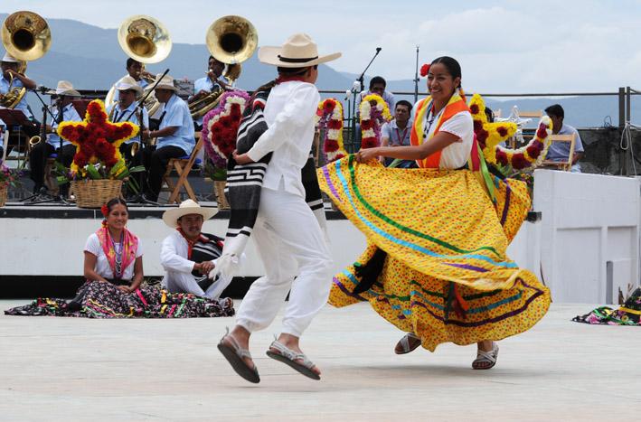 Jóvenes bailan en la Guelaguetza, Oax.
