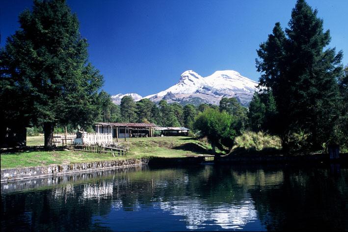 Lago, cabaña e Iztaccihuatl