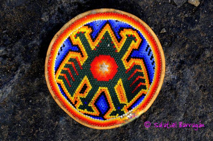 Ofrenda Huichol, jícara colorida en SLP