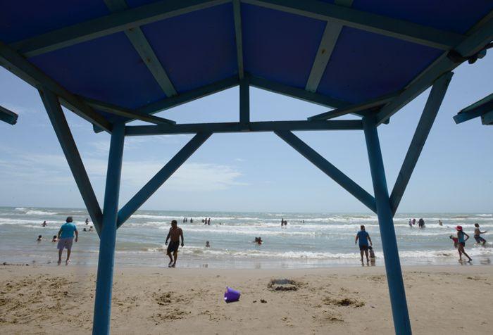 Playa Bagdad, palapa sombra y playa con turistas
