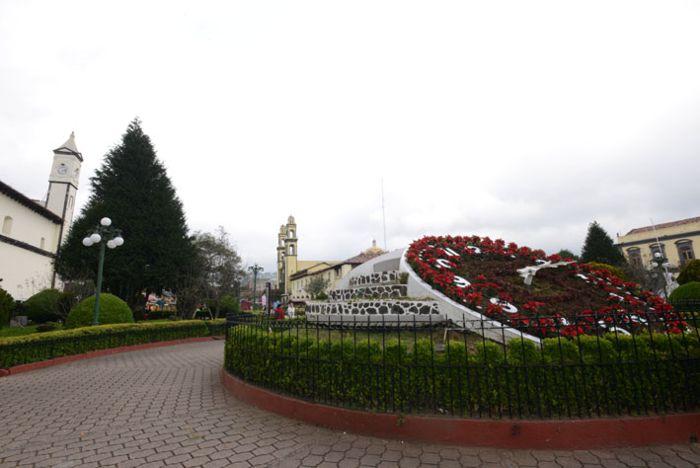 Reloj floral e iglesias en centro de Zacatlán.