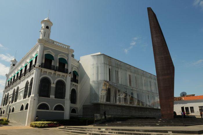 Villahermosa. Palacio de gobierno y escultura.