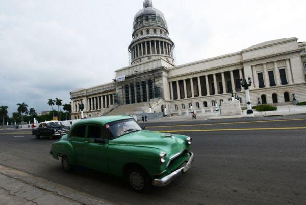 Almendrón sobre el Paseo de Martí y frente al Capitolio.