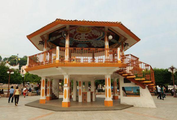 Kiosco con pinturas de cultura Totonaca en centro de Papantla, Ver.