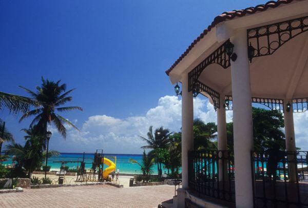 Kiosco con techo de tejas junto al mar Caribe, en Playa del Carmen, Q. Roo.