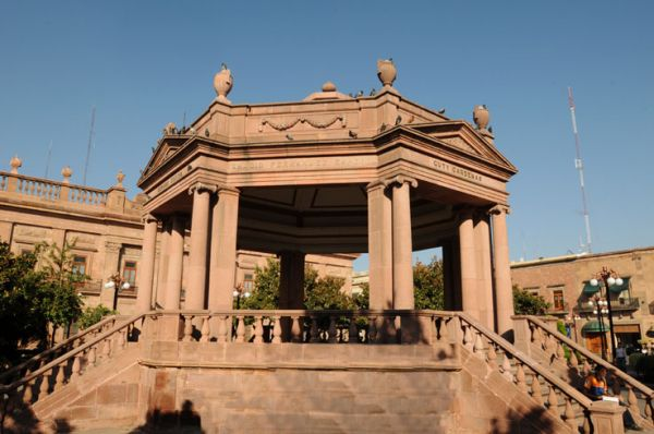 Kiosco de cantera y estilo Neoclásico en Plaza de Armas de San Luis Potosí.