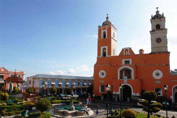 Plaza principal con bello kiosco de cobre y Parroquia de Nuestra Señora del Rosario, Real del Monte, Hgo.