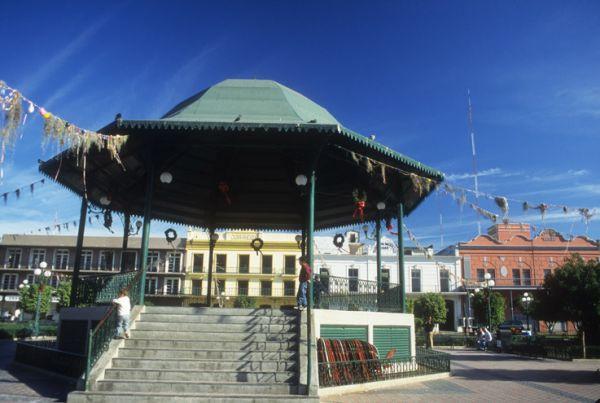 Kiosco de Plaza de la Libertad rodeada por antiguos edificios. Tampico, Tamps.