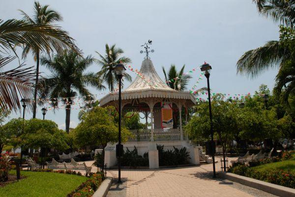 Kiosco en jardín central de Comala, Col.