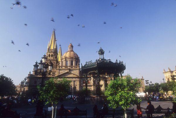 Kiosco estilo francés entre los más bellos de México, está junto al Ayuntamiento y la Catedral de Guadalajara, Jal.
