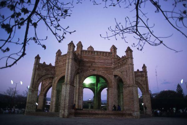 La gran Pila o Kiosco morisco de estilo Mudéjar de 1557-1562. Plaza de Armas de Chiapa de Corzo, Chis.