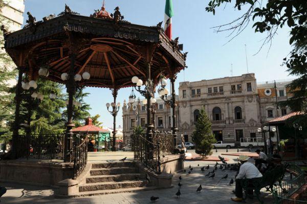 En la Plaza de Armas de Chihuahua está su Kiosco francés que en 1907 en Europa fue premiado como el más bello del mundo.