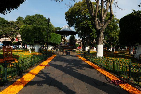 Plaza de Armas y kiosco del siglo XIX en Día de Muertos. Morelia, Mich.