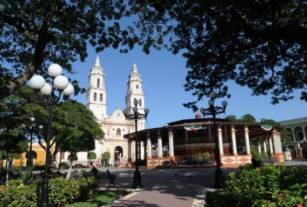 Plaza de la Independencia, kiosco y Catedral de Campeche.