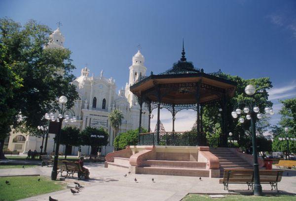 En Plaza Zaragoza destaca el kiosco y la Catedral de la Asunción. Hermosillo, Son.