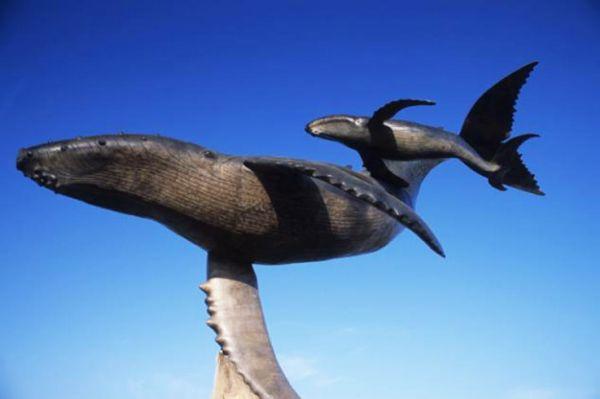 Escultura monumental de ballena y su cría en Puerto Vallarta, Jal.