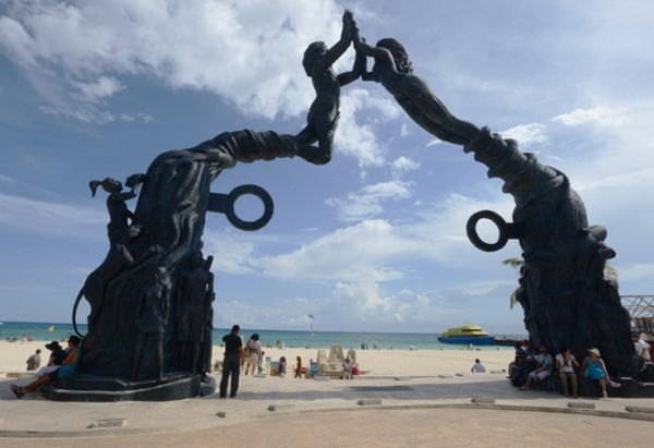 Escultura Portal Maya frente al mar Caribe, en Playa del Carmen Q. Roo.