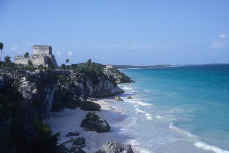 El Castillo Real de Tulúm sobre un acantilado frente al mar Caribe, también funcionó como Faro.