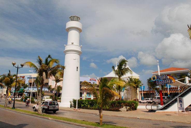 En la costa occidental y el centro de Cozumel, cuenta con un faro.