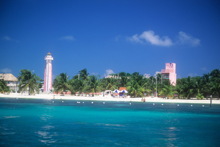 En la playa norte de la costa oeste está el Faro de Isla Mujeres.