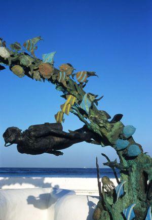 Monumento al buzo y el arrecife coralino, en malecón de Cozumel, Q. Roo.
