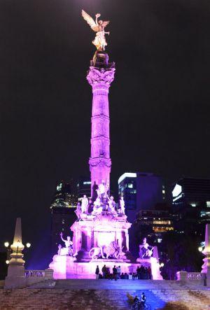 Monumento Ángel de la Independencia, iluminado en la ciudad de México.