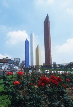Torres de Satelite del Arq. Luis Barragán y Mathías Goeritz, en periférico y el EdoMex.