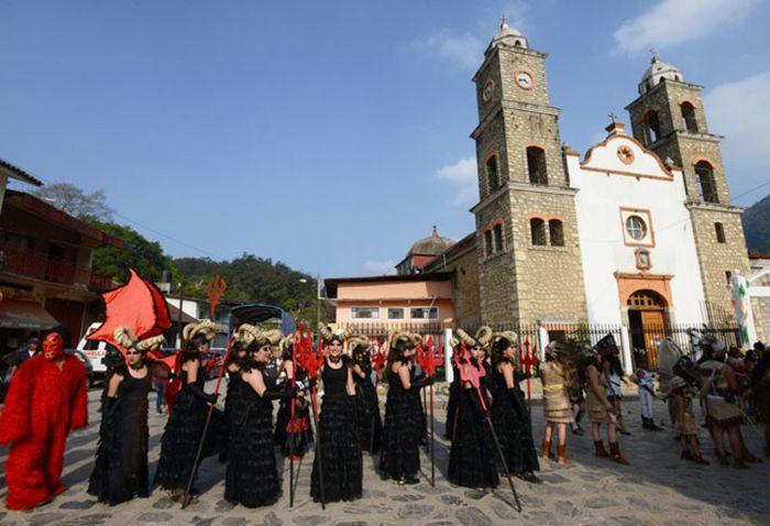 Calnali, Brujas cuernudas frente a iglesia.