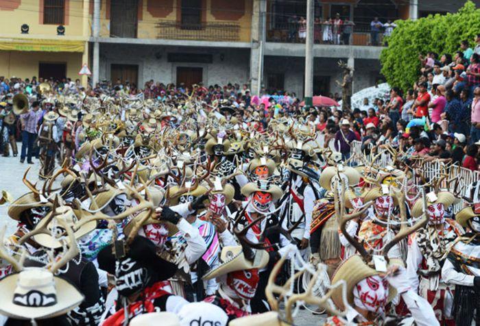 Carnaval, cuernudos en explanada central.