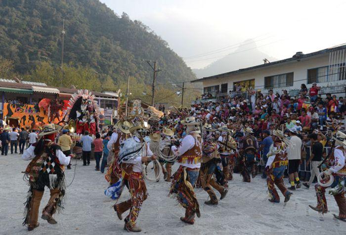 Cuernudos bailan frente al Palacio Municipal.
