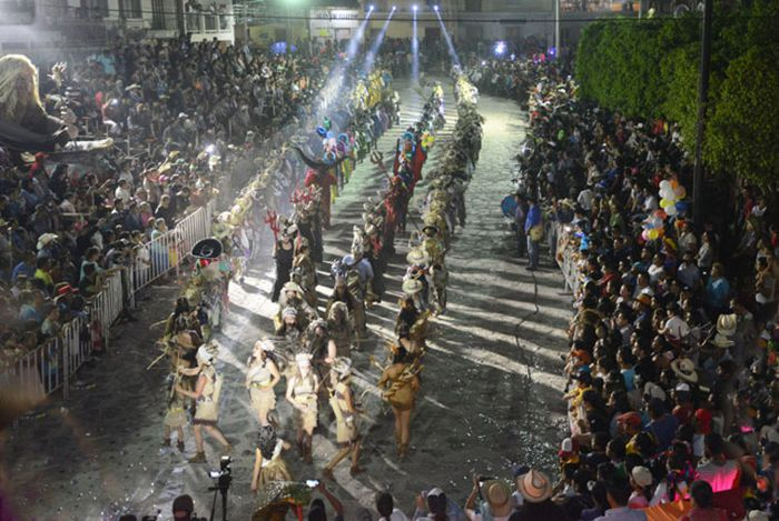 Danzantes en carnaval de Calnali, Hgo.