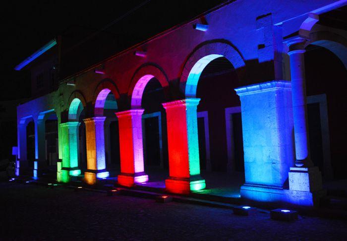 Metztitlán, portales iluminados en la plaza central.