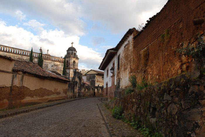 Calle céntrica y Templo del Sagrario en Pátzcuaro, Mich.