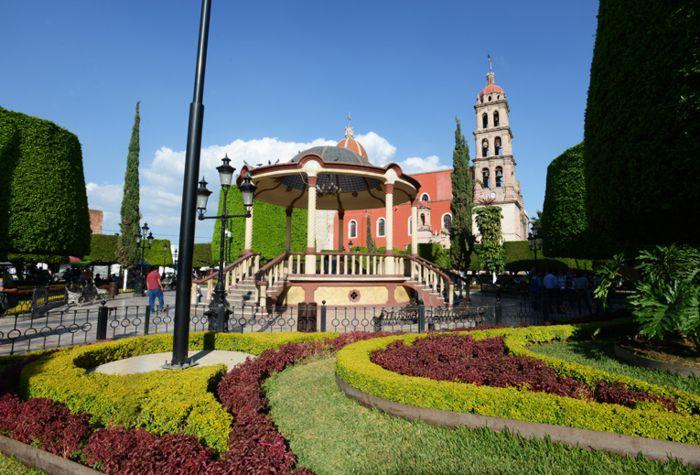 Jardín principal, Kiosko y Parroquia de Santiago Apóstol, centro de Silao.