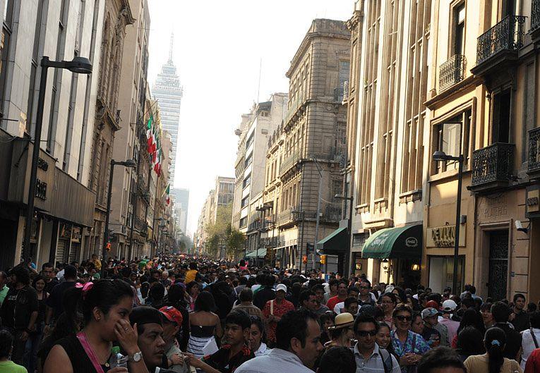 Gente en avenida Madero, Centro de CDMX