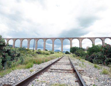 Arcos del Padre Tembleque en Zempoala y vías del tren la Bestia.