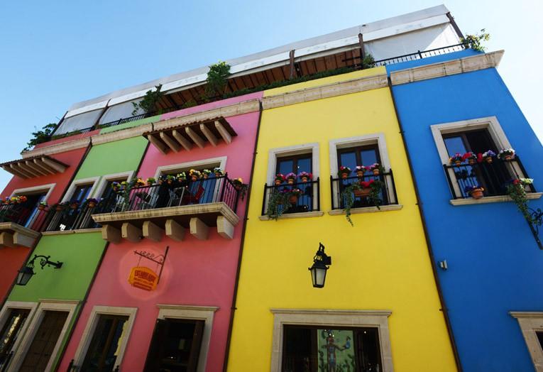 Barrio Antiguo con casona colorida en el centro de Monterrey