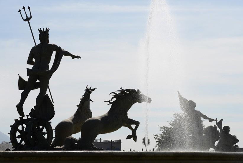 Fuente de Neptuno con sus caballos en la Macroplaza