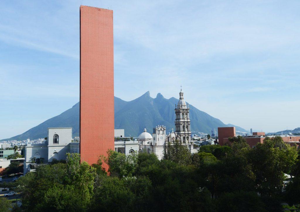 Macroplaza con Faro de Comercio, Catedral y Cerro de la Silla
