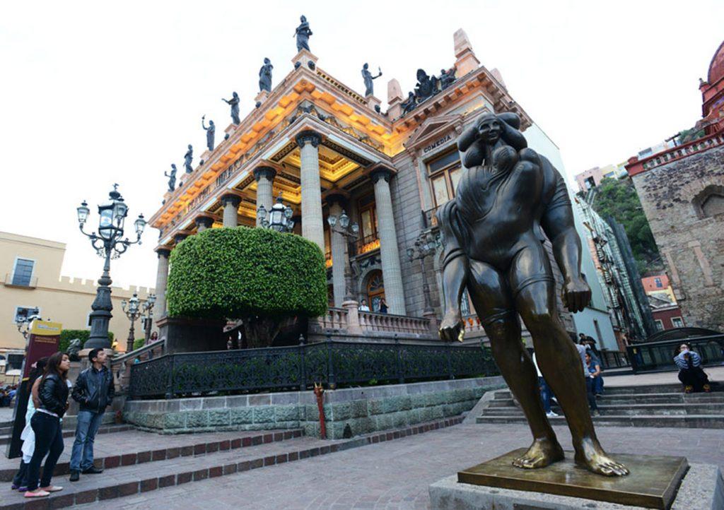 Teatro Juárez y escultura La Giganta de J.L. Cuevas. Guanajuato.