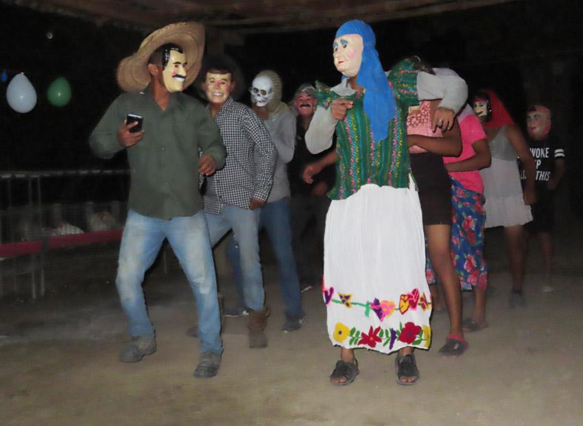 Coles bailan en limites de municipios de Chiconamel y Platón Sánchez, Ver.